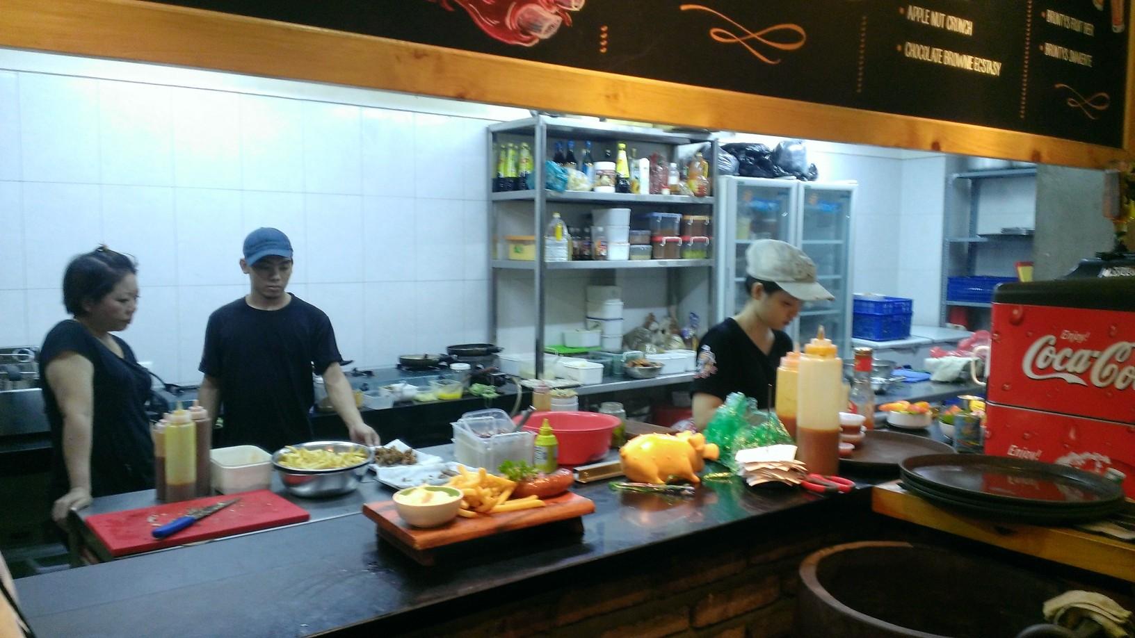 Quan Ut Ut American BBQ & Beer in Saigon 4